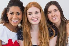 Fermez-vous vers le haut du portrait des amis féminins gais Photos stock