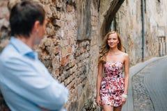 Fermez-vous vers le haut du portrait des couples élégants dans l'amour images stock