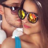 Fermez-vous vers le haut du portrait des couples de sourire heureux dans l'amour Images libres de droits