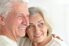 Fermez-vous vers le haut du portrait des couples mûrs heureux Photos libres de droits