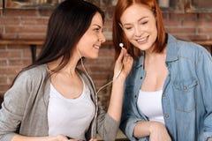 Fermez-vous vers le haut du portrait des femelles tout en écoutant la musique Photos libres de droits