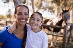 Fermez-vous vers le haut du portrait des soeurs de sourire Images libres de droits