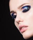Fermez-vous vers le haut du portrait du beau jeune modèle avec les lèvres roses et le mA Photo stock