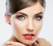 Fermez-vous vers le haut du portrait du beau visage de jeune femme. Image stock