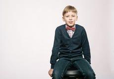 Fermez-vous vers le haut du portrait du garçon mignon de sourire de jeunes Image libre de droits