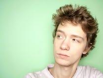 Fermez-vous vers le haut du portrait du jeune homme pensant et semblant la gauche partie Photo stock