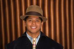 Fermez-vous vers le haut du portrait du jeune homme portant les vêtements traditionnels des montagnes en Equateur Photographie stock libre de droits