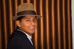 Fermez-vous vers le haut du portrait du jeune homme portant les vêtements traditionnels des montagnes en Equateur Photo stock