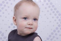 Fermez-vous vers le haut du portrait du petit enfant aux yeux bleus Photos stock