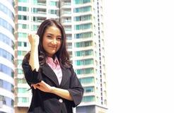 Fermez-vous vers le haut du portrait du sembler asiatique a brillant de femme d'affaires de la jeunesse Image stock