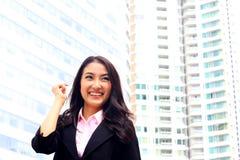 Fermez-vous vers le haut du portrait du sembler asiatique a brillant de femme d'affaires de la jeunesse Photographie stock libre de droits