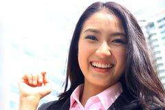 Fermez-vous vers le haut du portrait du sembler asiatique a brillant de femme d'affaires de la jeunesse Photographie stock