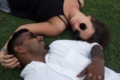 Fermez-vous vers le haut du portrait juste des ménages mariés se situant sur l'herbe ensemble dans l'amour Concept de mariage int Photo stock