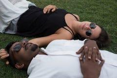 Fermez-vous vers le haut du portrait juste des ménages mariés se situant sur l'herbe ensemble dans l'amour Concept de mariage int Images libres de droits