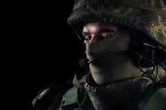 Fermez-vous vers le haut du portrait du militaire beau Image sur un fond noir photo libre de droits