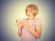 Fermez-vous vers le haut du portrait nerveux, jeune femme intéressée effrayée et soumise à une contrainte Photographie stock libre de droits
