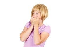 Fermez-vous vers le haut du portrait nerveux, jeune femme intéressée effrayée et soumise à une contrainte Image stock