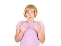 Fermez-vous vers le haut du portrait nerveux, jeune femme intéressée effrayée et soumise à une contrainte Photo stock