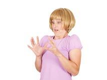 Fermez-vous vers le haut du portrait nerveux, jeune femme intéressée effrayée et soumise à une contrainte Photographie stock