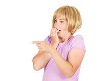 Fermez-vous vers le haut du portrait nerveux, jeune femme intéressée effrayée et soumise à une contrainte Photos libres de droits