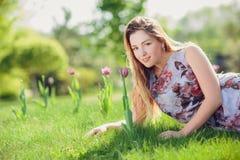 Fermez-vous vers le haut du portrait romantique de la belle femme élégante dans des arbres de ressort de fleur photo libre de droits