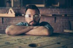 Fermez-vous vers le haut du portrait du ser concentré sûr barbu beau photos libres de droits