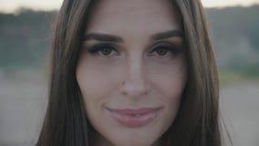 Fermez-vous vers le haut du portrait du sourire attrayant de femme Plan rapproché de brune heureuse banque de vidéos