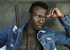 Fermez-vous vers le haut du portrait urbain du jeune homme afro-américain noir sportif beau et attirant dans la chemise ouverte d photos libres de droits
