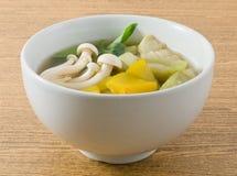 Fermez-vous vers le haut du potage aux légumes mélangé chaud et épicé thaïlandais photo libre de droits
