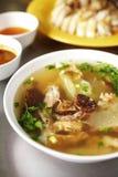 Fermez-vous vers le haut du potage chinois de poulet et aux légumes Photographie stock libre de droits