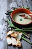 Fermez-vous vers le haut du potage d'asperge avec des croûtons Photos stock