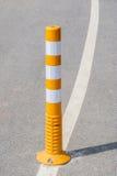 Fermez-vous vers le haut du poteau du trafic sur la ligne de rue pour le transportati de sécurité photo stock