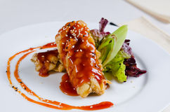 Fermez-vous vers le haut du poulet croustillant hardi avec les graines de sésame Image stock