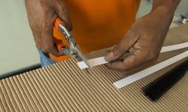 Fermez-vous vers le haut du processus de coupe par des ciseaux Photos stock