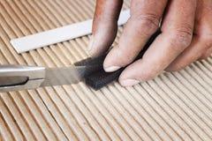 Fermez-vous vers le haut du processus de coupe par le couteau de coupeur Image stock