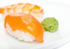 Fermez-vous vers le haut du projectile des sushi de nigiri Image stock