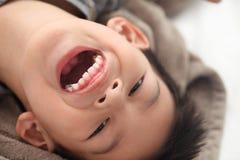 Fermez-vous vers le haut du ressembler d'enfant de visage à heureux et au sourire Six de sourire heureux Photographie stock