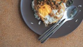 Fermez-vous vers le haut du riz complété avec du porc et le basilic hachés frits par émoi Photos libres de droits