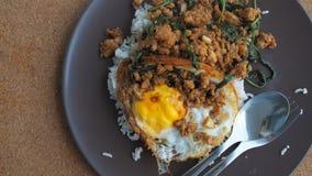 Fermez-vous vers le haut du riz complété avec du porc et le basilic hachés frits par émoi Image stock
