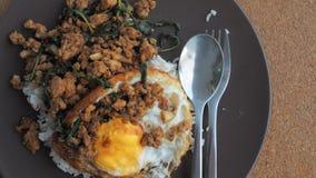Fermez-vous vers le haut du riz complété avec du porc et le basilic hachés frits par émoi Photographie stock libre de droits