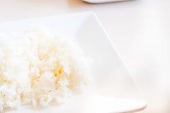Fermez-vous vers le haut du riz de jasmin sur le plat blanc sur la table, style thaïlandais de nourriture Images libres de droits