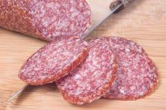 Fermez-vous vers le haut du salami coupé en tranches Image libre de droits