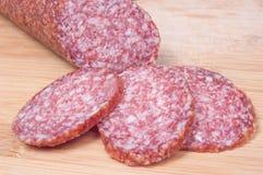 Fermez-vous vers le haut du salami coupé en tranches Photos stock
