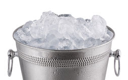 Fermez-vous vers le haut du seau de champagne en métal, plein avec de la glace D'isolement sur le petit morceau Images libres de droits