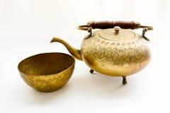 Fermez-vous vers le haut du service à thé en laiton antique sur le fond blanc La collection antique Photo libre de droits