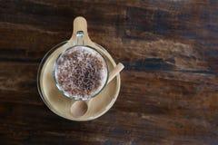 Fermez-vous vers le haut du smoothie de cacao de lait en verre sur la table en bois Images libres de droits