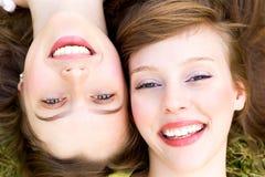 Fermez-vous vers le haut du sourire de deux femmes Image libre de droits