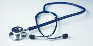 Fermez-vous vers le haut du stéthoscope médical sur un fond blanc Images libres de droits