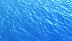 Fermez-vous vers le haut du summerbackground abstrait de texture de rivière de lac d'ondulation de l'eau bleue banque de vidéos