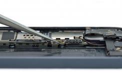 Fermez-vous vers le haut du téléphone portable de réparation Images stock